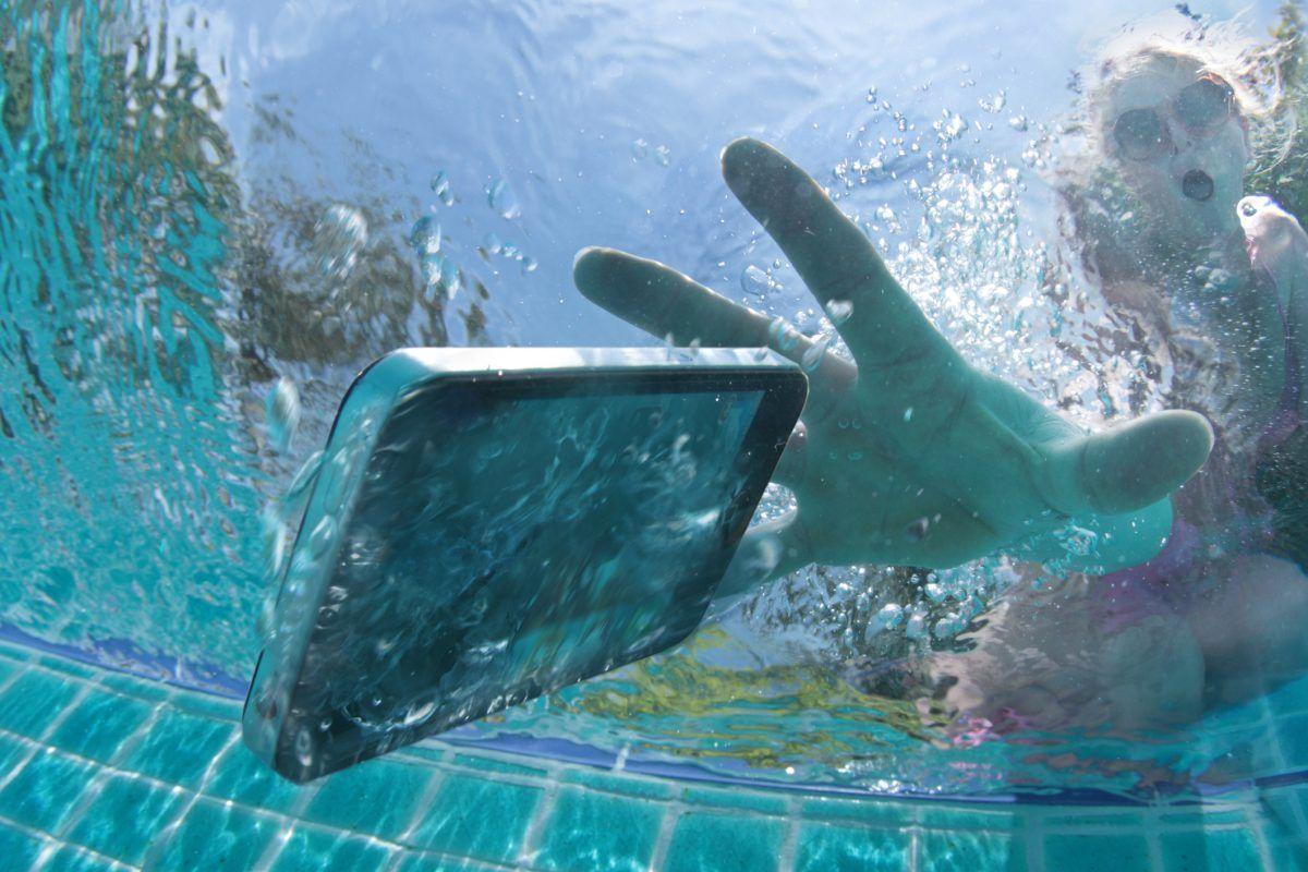 Ai scăpat telefonul în apă? Iată ce trebuie faci ca să nu rămâi fără telefon de sărbători!